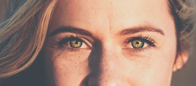 Fettige Haut betrifft häufig die Stirn und die Nasenflügel